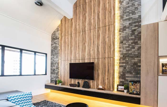 Painel de madeira sobre parede de tijolos