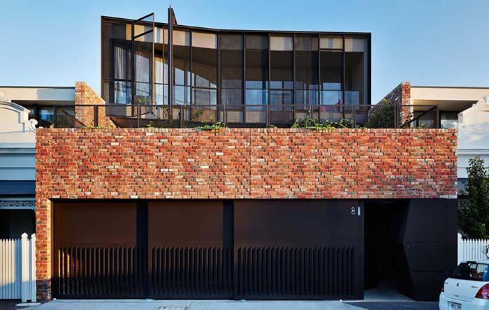 Entrada da casa com fachada de tijolinhos