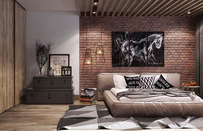 Quadros e luminárias valorizam o ambiente com parede de tijolos
