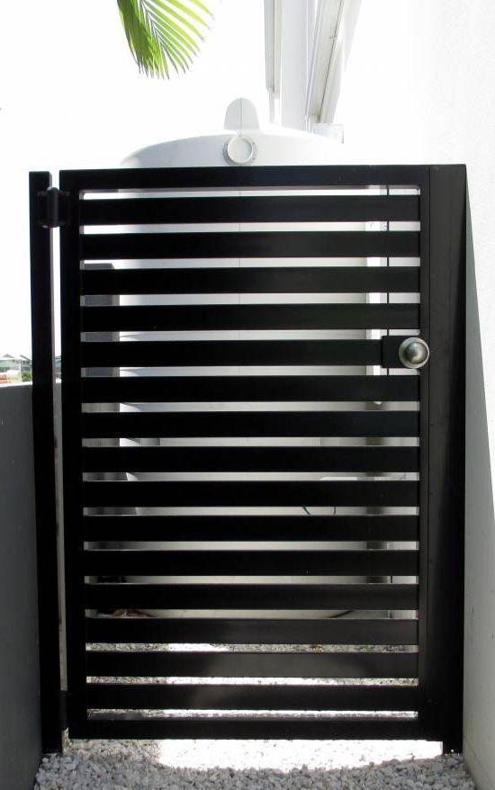 Portão pequeno de alumínio preto