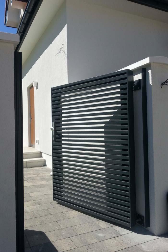 Para fachadas modernas, aposte em portões de alumínio preto