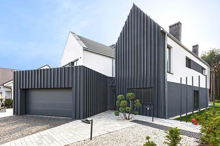 Portão cinza escuro em combinação com o restante da fachada da casa
