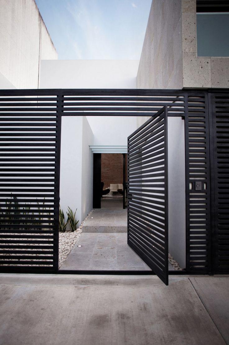Portão pivotante de alumínio preto