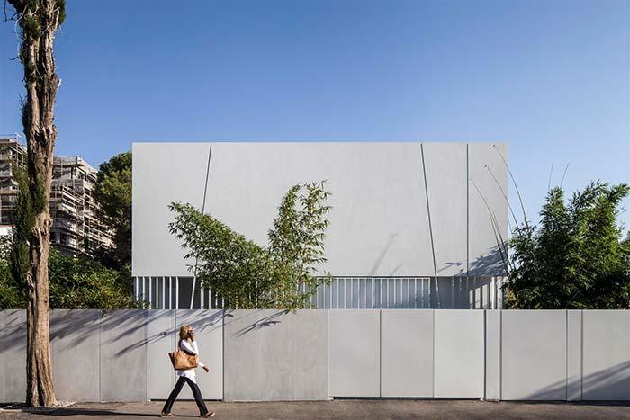 Muro e portão no mesmo tom de cinza