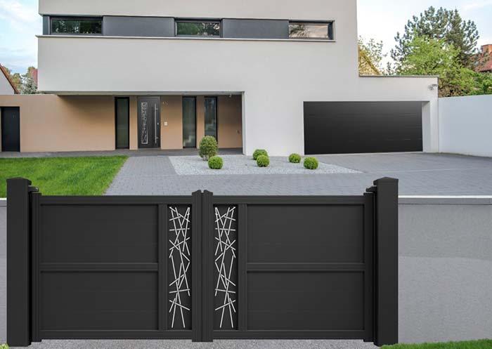 Portão de alumínio preto com detalhes brancos na pintura