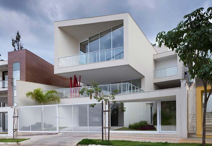 Casa com portão de alumínio