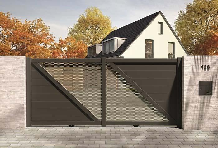 Portão de alumínio marrom com abertura diagonal