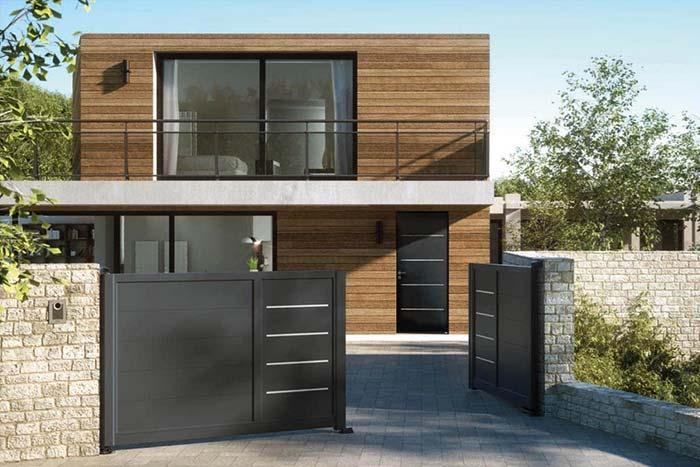 Casa de madeira com portão de alumínio marrom