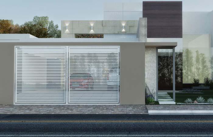 Portão de alumínio branco na fachada