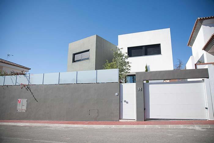 Casa branca, portão de alumínio branco