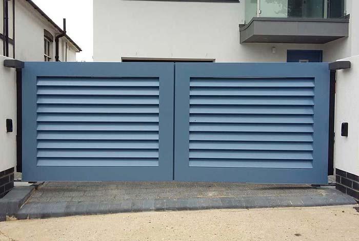 Portão de alumínio azul pequeno e baixinho