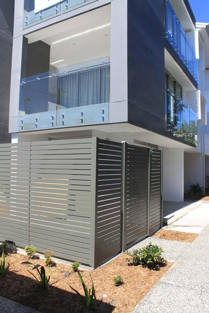 Portão e muro de alumínio cinza