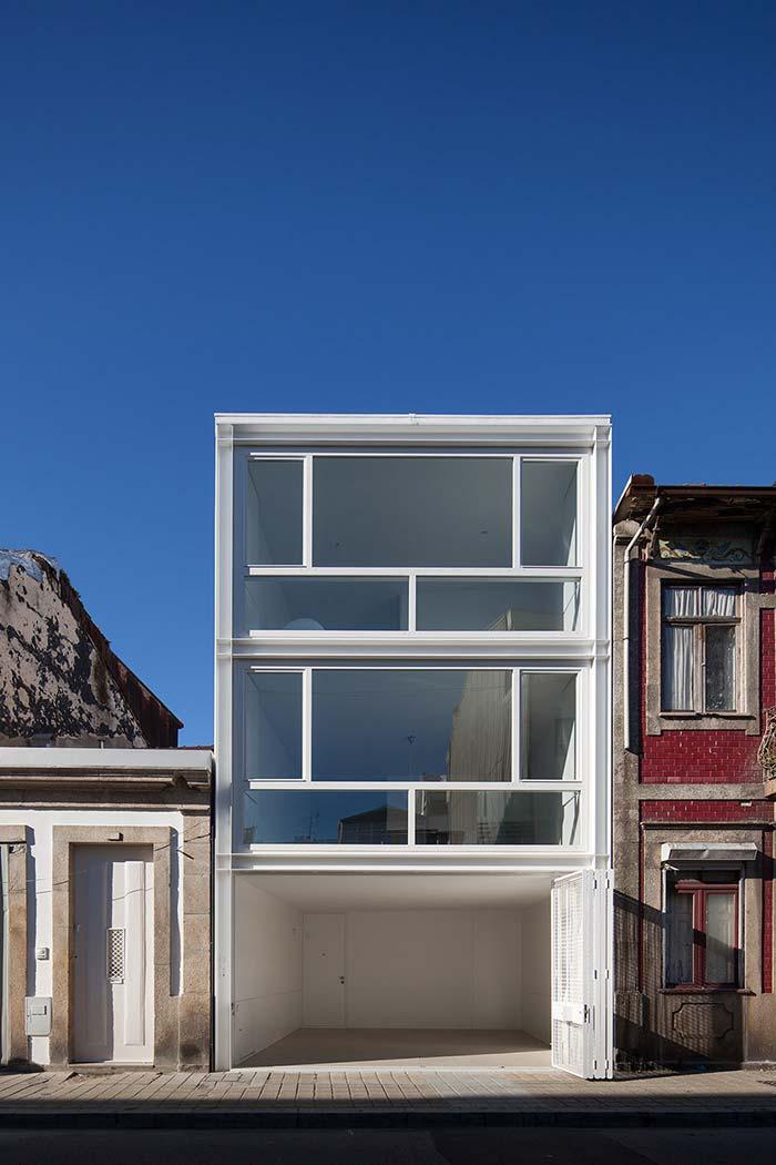Portão e esquadrias de alumínio garantem a identidade visual da casa