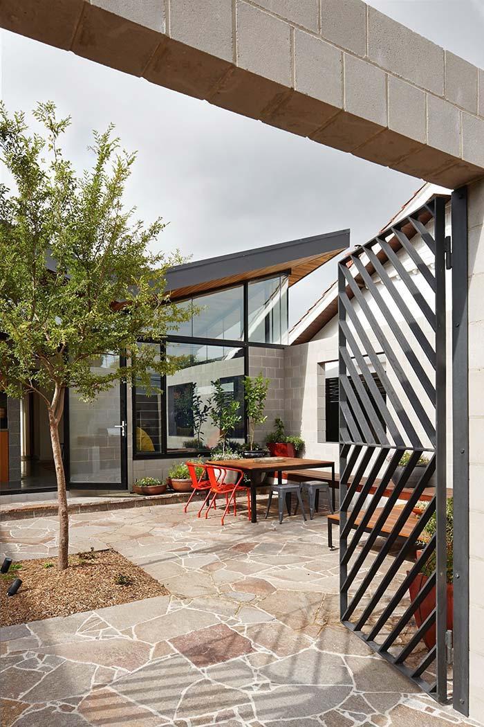 Portão de ferro convida para o interior da casa