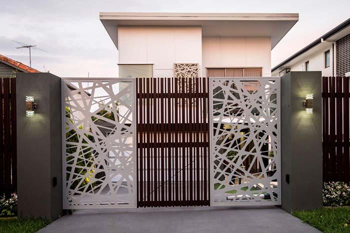 Residência com portão de ferro