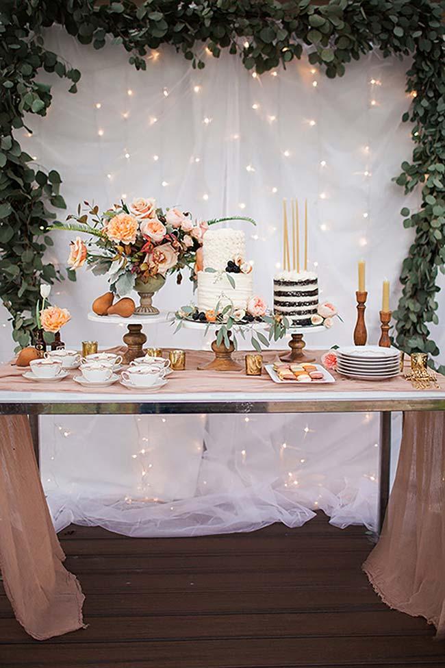 Decoração barata e simples com fios de LED para um casamento barato