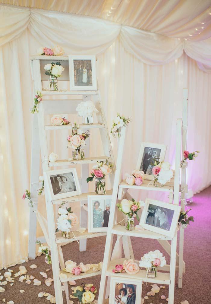 Escadinhas brancas decoradas com fotografias do casal