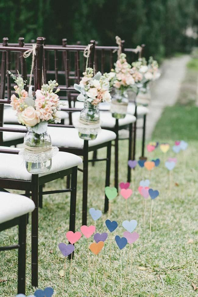 Decoração com corações coloridos de papel ao ar livre