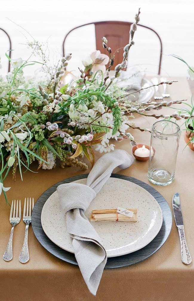 Arranjo de flores desconstruído para decorar a mesa no casamento barato