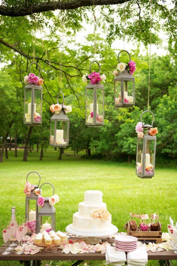 Decoração para casamento barato ao ar livre utilizando as árvores