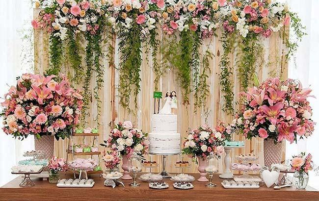 Gérberas e lírios na decoração de casamento barato