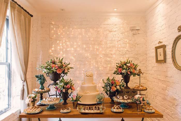 Casamento barato: dá para usar até as luzes de natal para enfeitar a parede