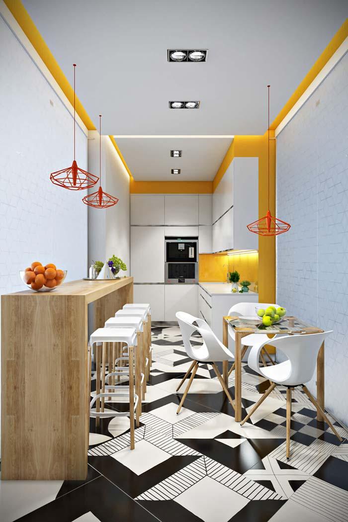 Cozinha corredor com balcão lateral