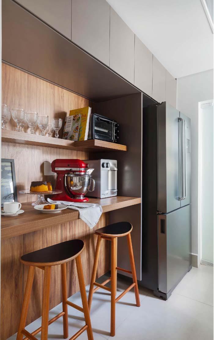 Cozinha com balcão integrado ao armário