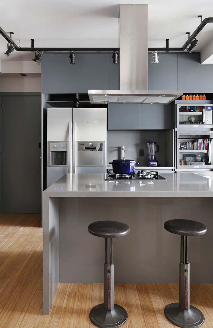 Cozinha com balcão ilha em Silestone cinza