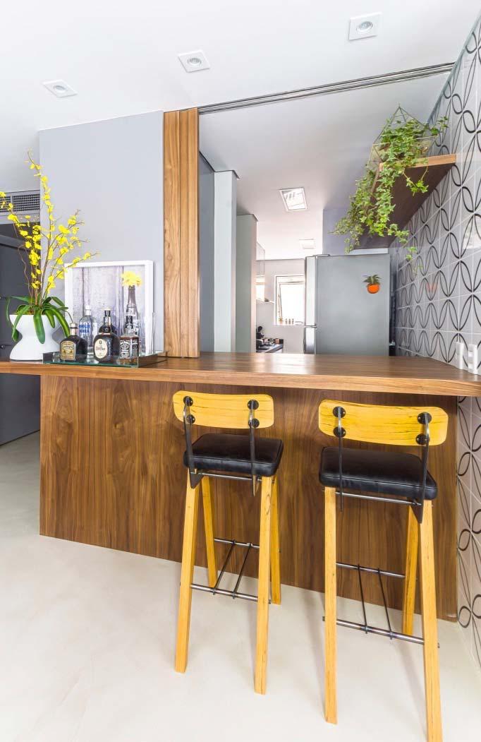 Cozinha sofisticada com balcão de madeira