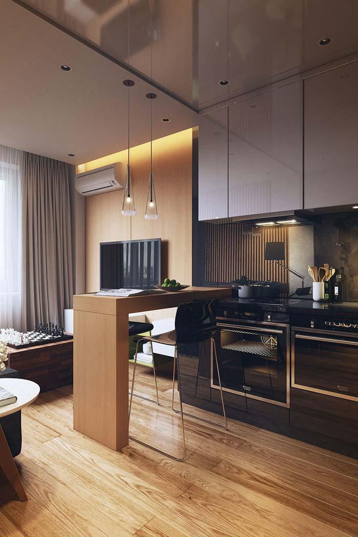 Cozinha americana com balcão de madeira
