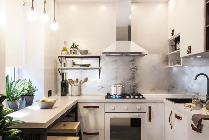 Cozinha com balcão sob a janela
