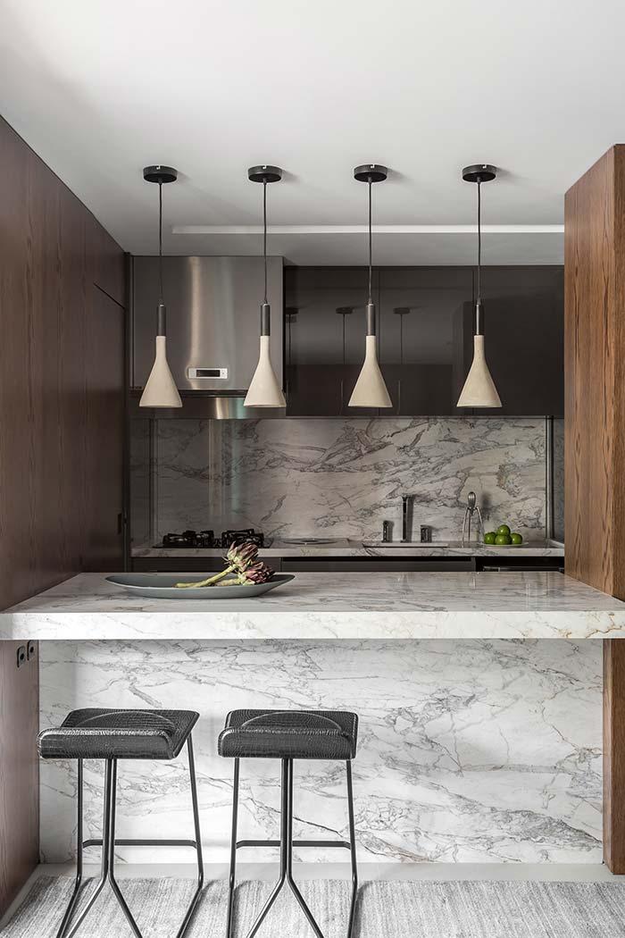 Cozinha com balcão de mármore branco