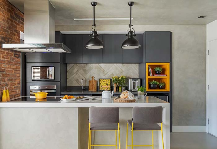Cozinha com balcão em tons de cinza e amarelo