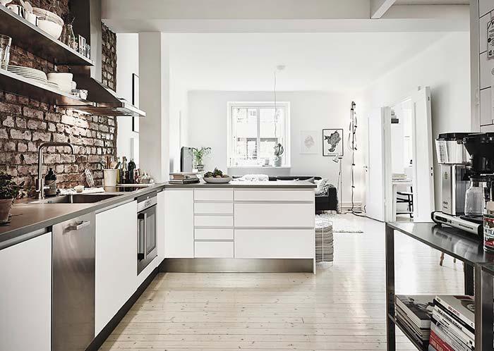 Cozinha com balcão para dividir ambientes