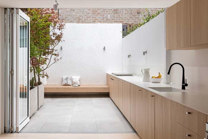 Balcão estende a cozinha até a área externa da casa.