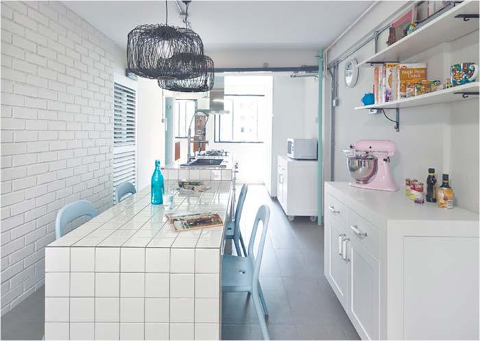 Cozinha com balcão revestido com azulejo