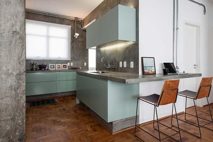 Cozinha com balcão de concreto