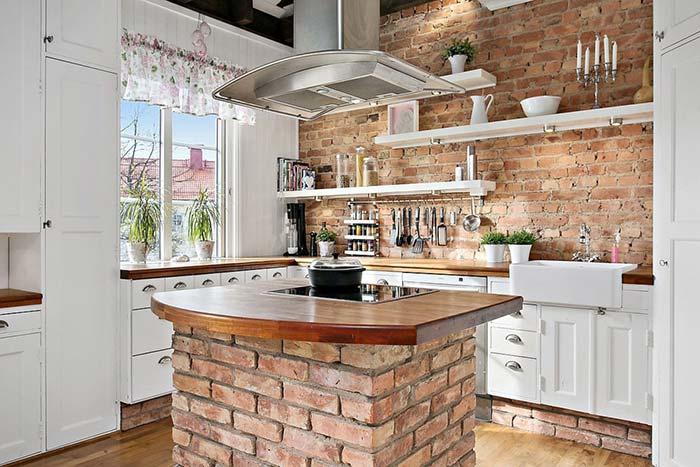 Cozinha rústica com balcão de tijolinho