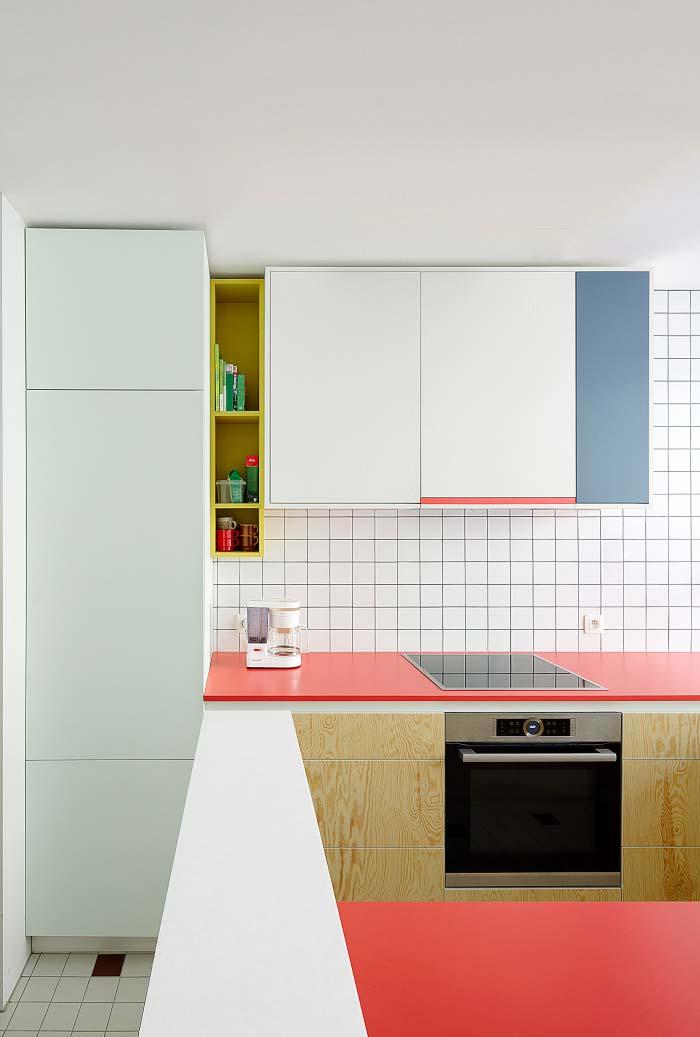 Cozinha pequena cheia de cor