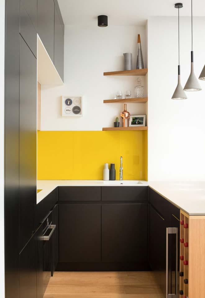 Cozinha pequena com prateleirinhas triangulares
