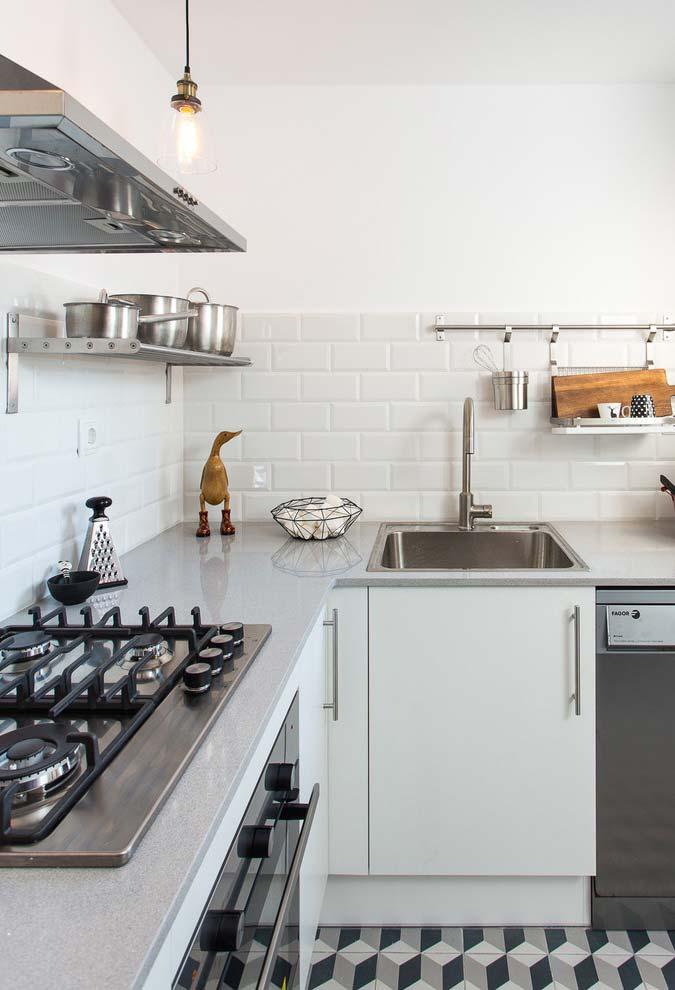Cozinha pequena com prateleiras e suportes