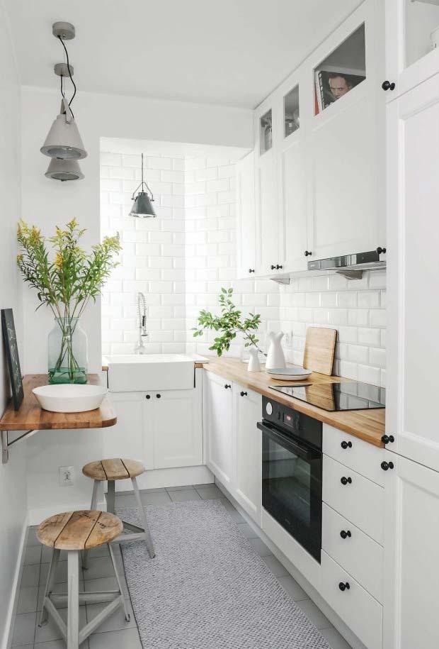 Mesa lateral de madeira na cozinha pequena