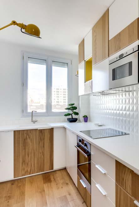 Branco e madeira na cozinha pequena
