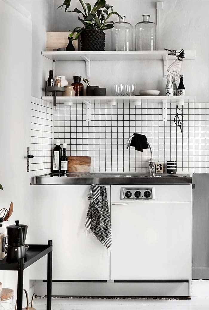 Lava louças embutida embaixo da pia na cozinha pequena