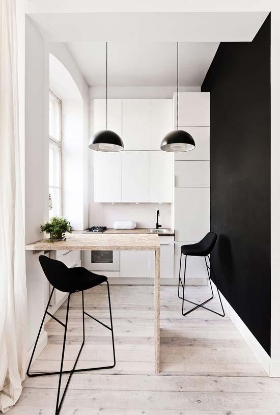 Cozinha pequena preta e branca