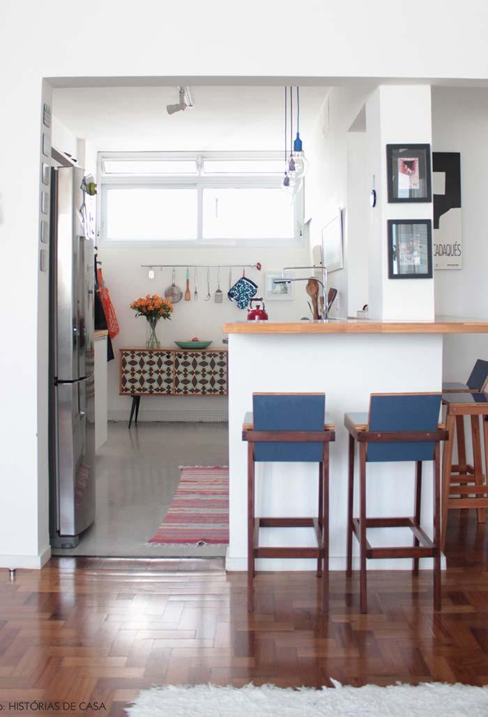 Cozinha pequena com balcão para refeições