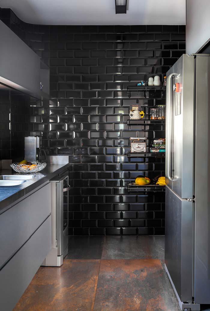 Outra cozinha pequena com parede preta