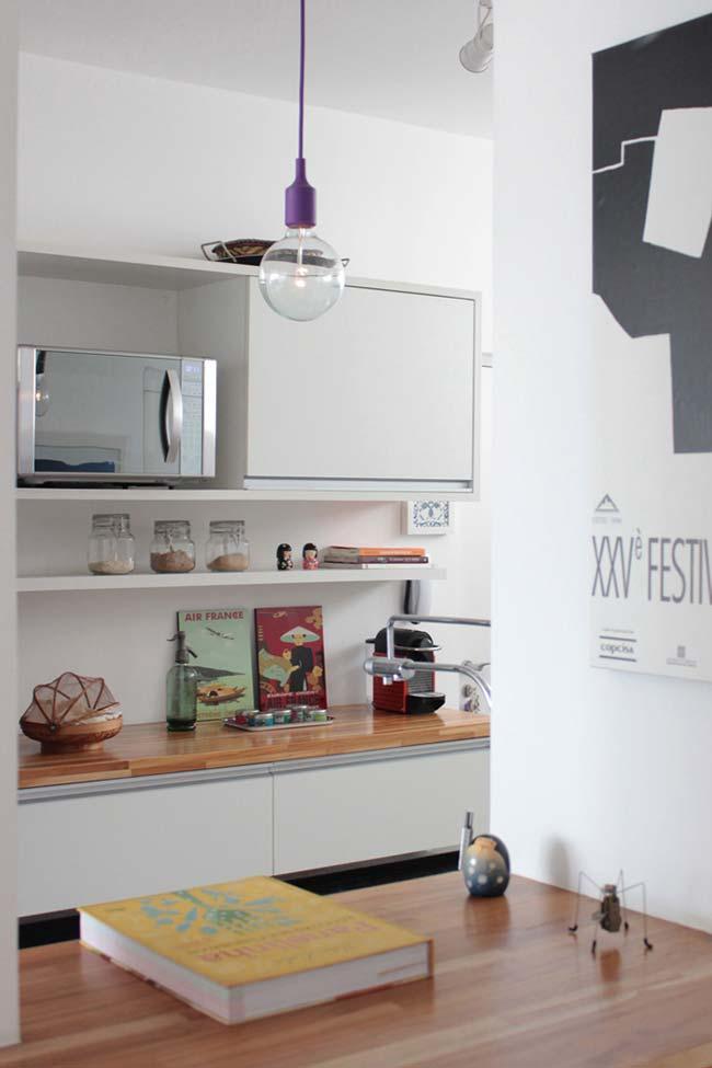 Cozinha pequena com prateleiras