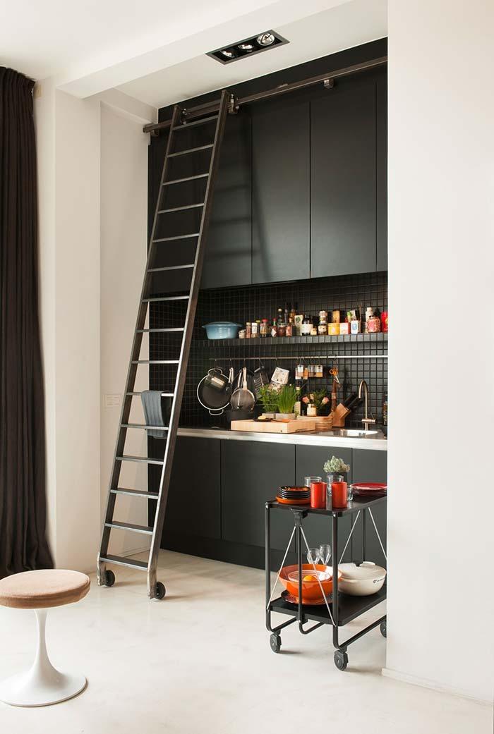 Cozinha pequena preta com armários até o teto